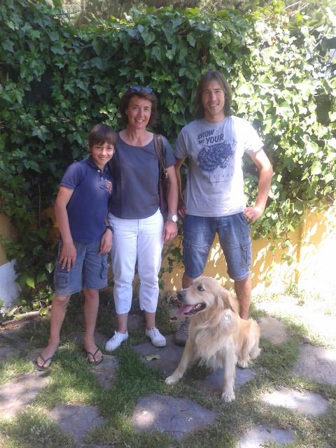 Simba un golden muy hermoso, con Veronique, Valentín y Luis Olmos, adiestrador canino.